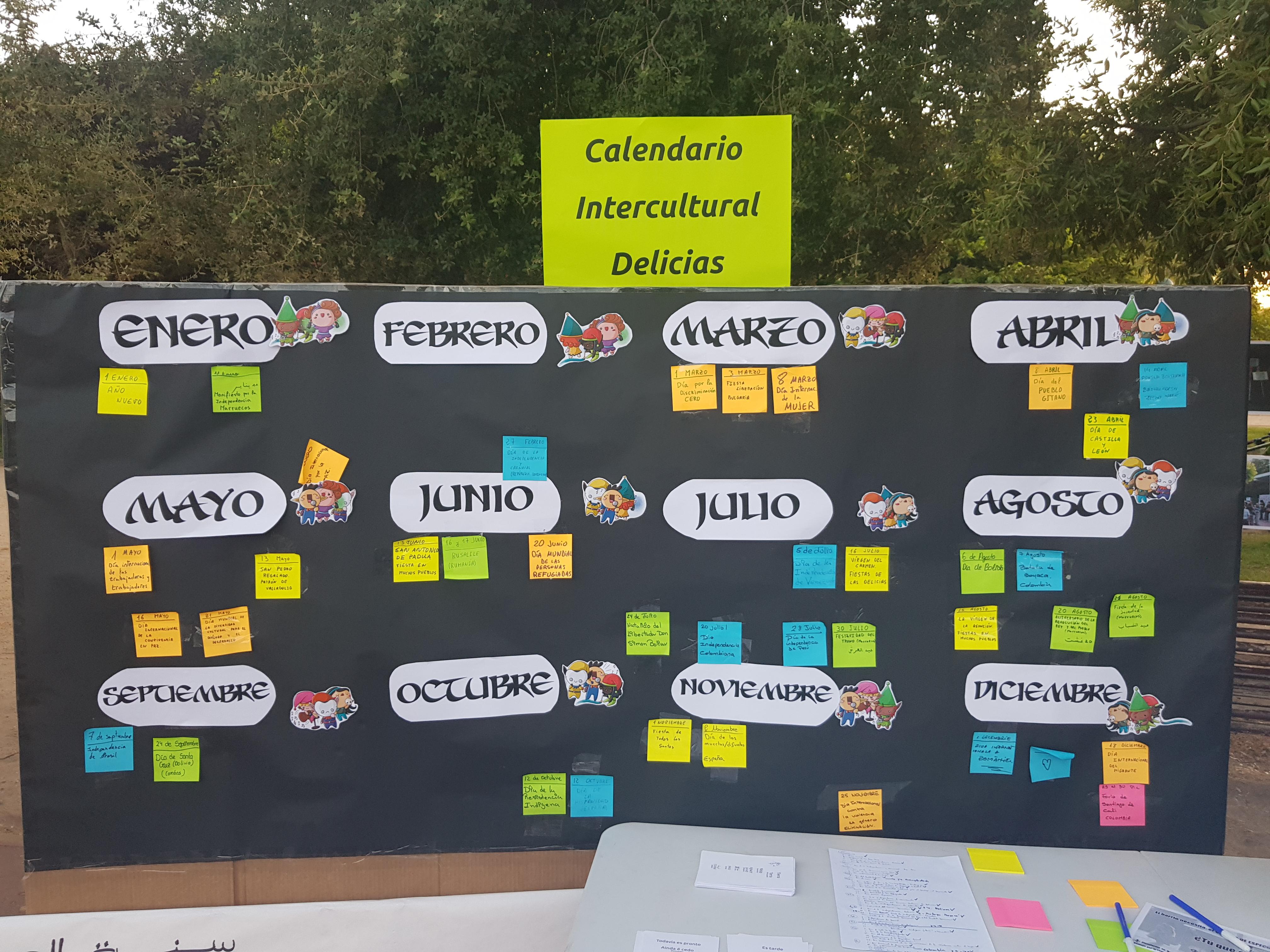 Imagen del Calendario Intercultural Delicias, hecho con possits sobre papel negro continuo