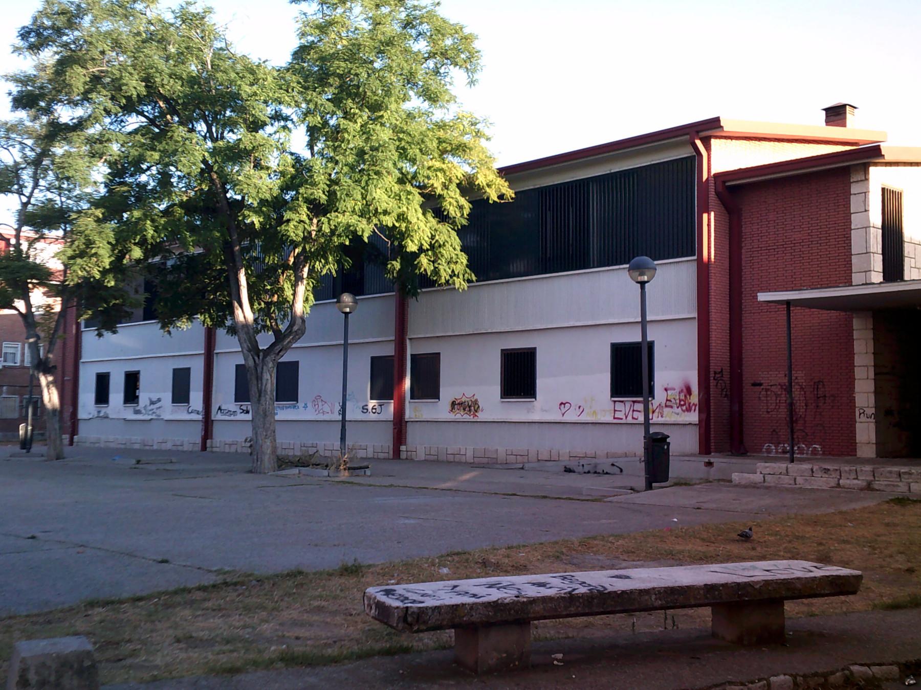 Imagen del CIC Segundo Montes, edificio de dos pisos en la zona Aramburu de Delicias, fachada flanca y ventanas del segundo piso negras.