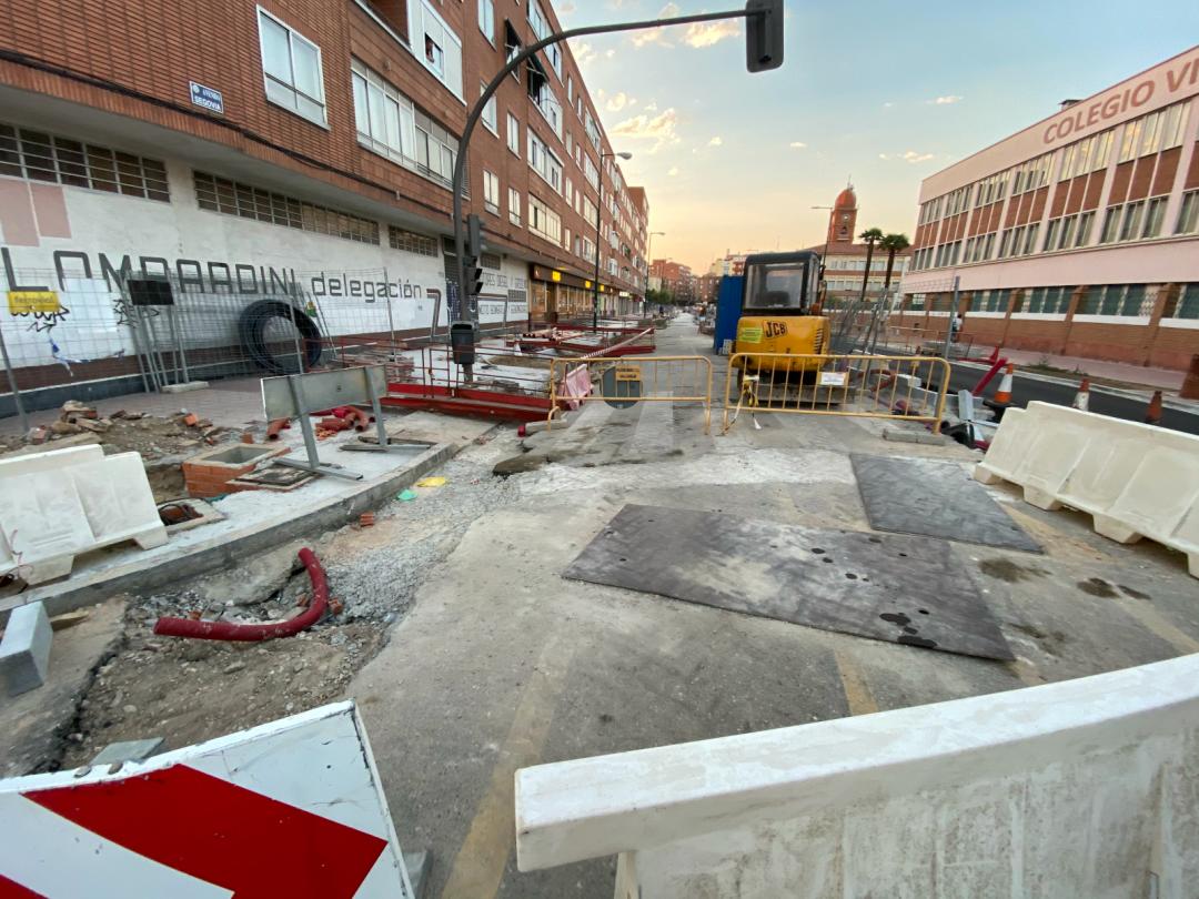Obras en la Avenida de Segovia, con maquinaria y suelo levantado